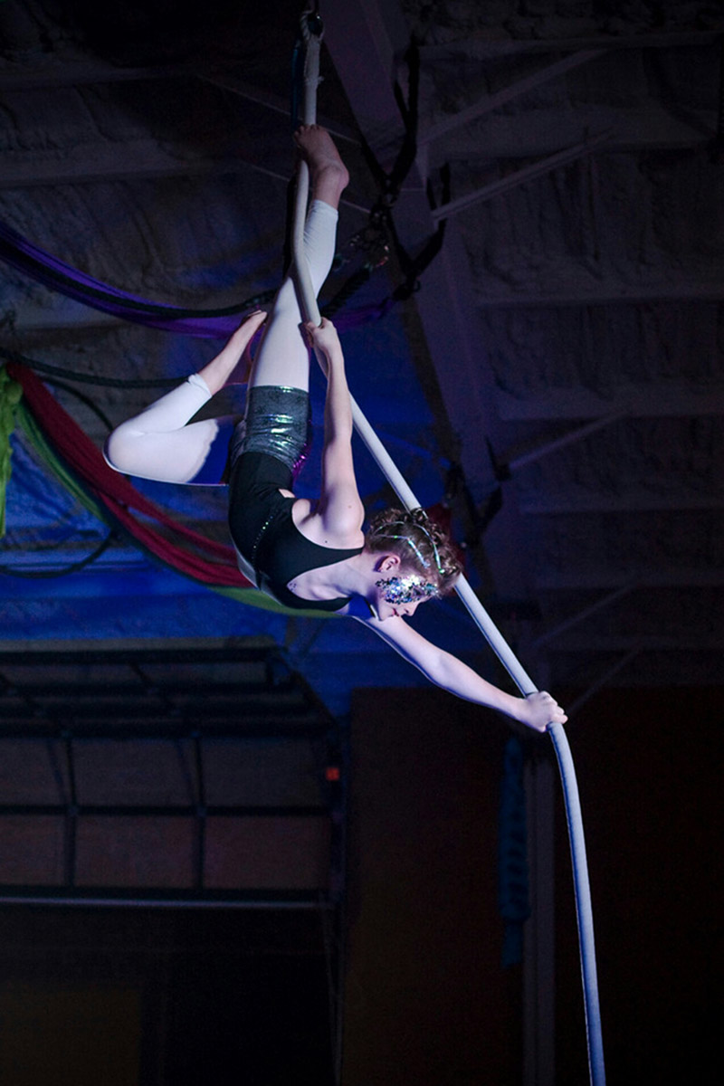 Avery Johnson, Spanish web, Circus Star 2016 performer
